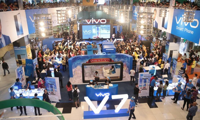 VIVO's Newest Local Ambassador Julie Ann San Jose and Ashley Rivera led the V7 launch at SM North EDSA