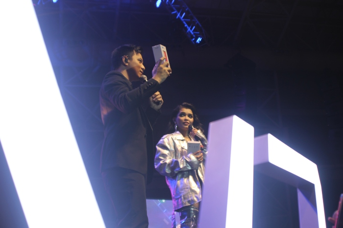 TJ and KZ personally hand out two Vivo V7 smartphones to their audience during their concert.