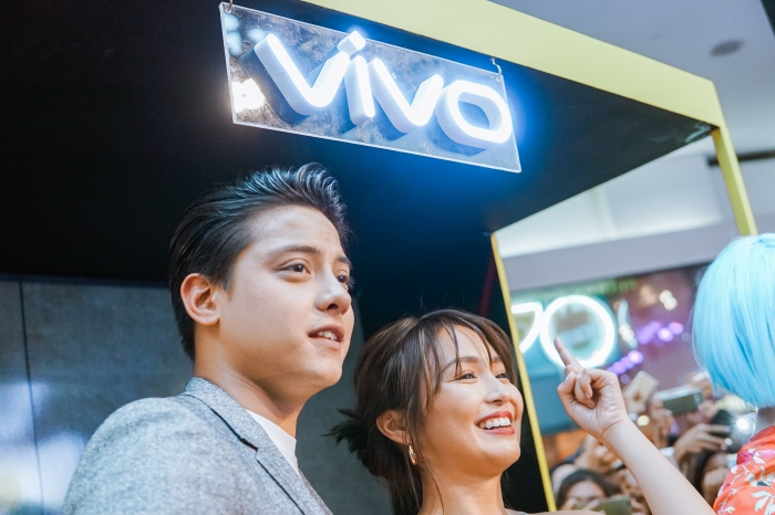 KathNiel on April 21, 2018, Saturday enjoyed visiting the different booths at the Vivo V9 mall tour in SM Mall of Asia.