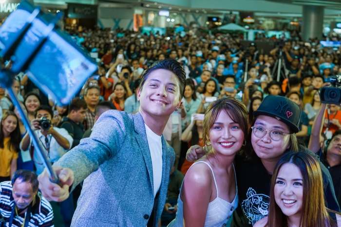 Top stars Daniel Padilla and Kathryn Bernardo, also known as KathNiel, take a groufie using the Vivo V9 with Vivo Philippines Brand Director Annie Lim and Myx VJ Ai with the massive crowd at SM Mall of Asia on April 21, 2018, Saturday.