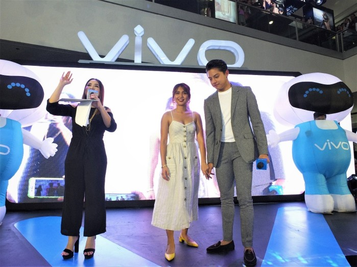 Myx VJ Ai with Kathryn Bernardo and Daniel Padilla, two of the most sough after stars, during their first mall tour with Vivo