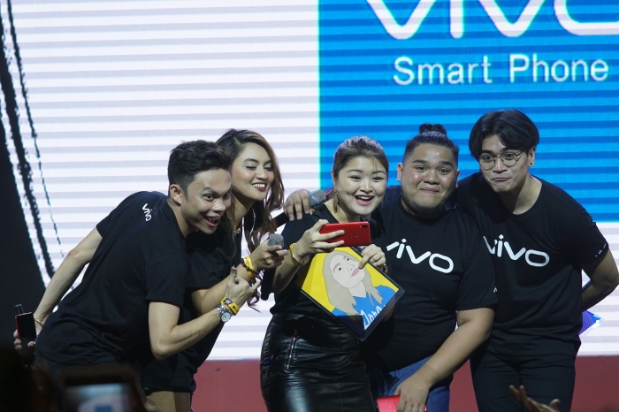 One for the books! Top online video creators took a selfie using the Vivo V9 Velvet Red.